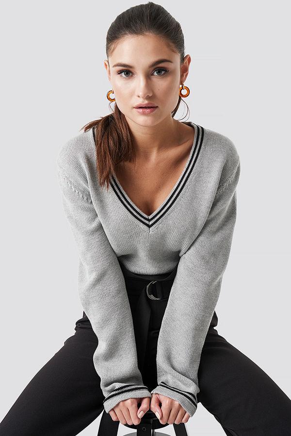 Julia Wieniawa x NA-KD Deep V-neck Knitted Contrast Sweater grå