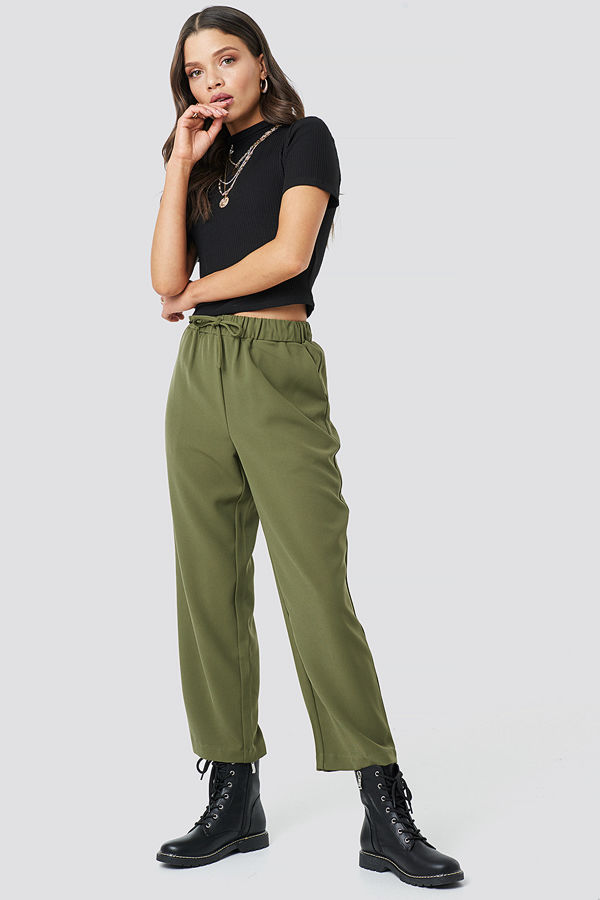 Astrid Olsen x NA-KD omönstrade byxor Drawstring Suit Pants grön