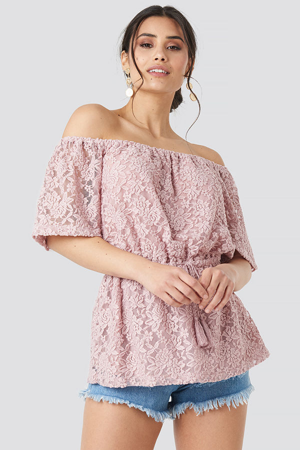 Luisa Lion x NA-KD Off Shoulder Lace Top rosa