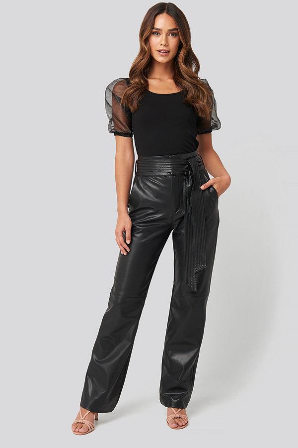 NA-KD Party svarta byxor Faux Leather Belted Straight Leg Pants svart