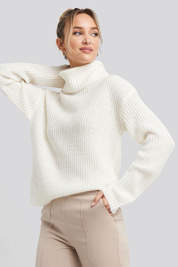 Adorable Caro x NA-KD Big Turtleneck Knitted Sweater vit