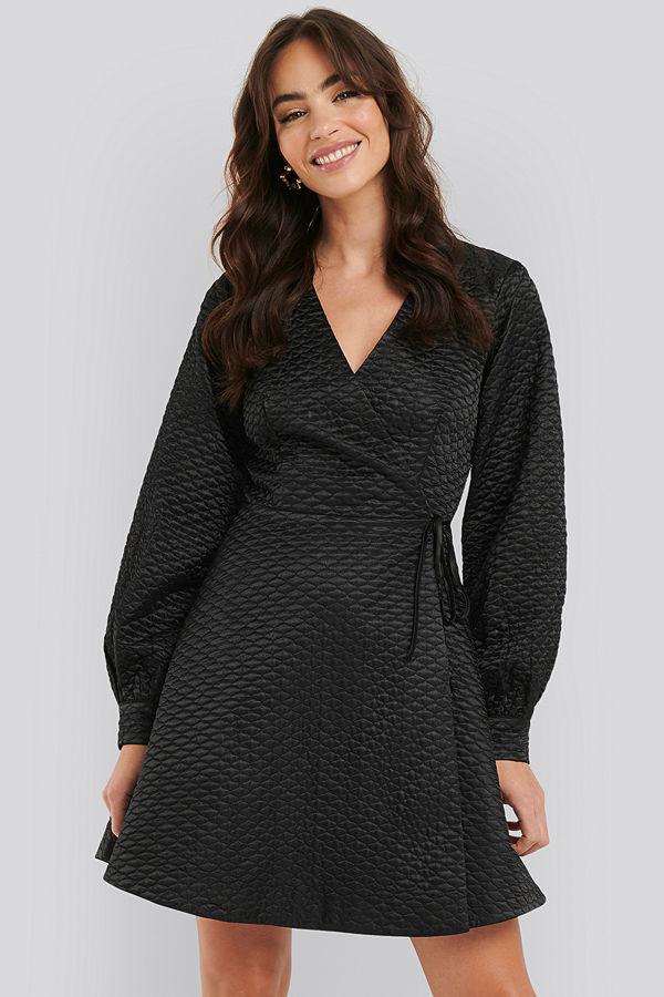 NA-KD Trend Quilted Overlap Satin Dress svart