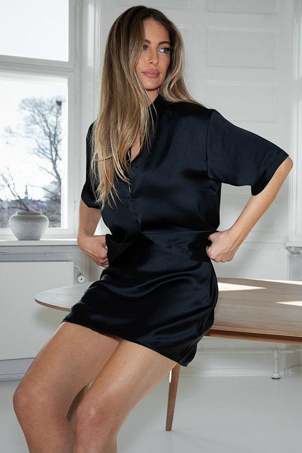 Mathilde Gøhler x NA-KD Satinskjorta svart