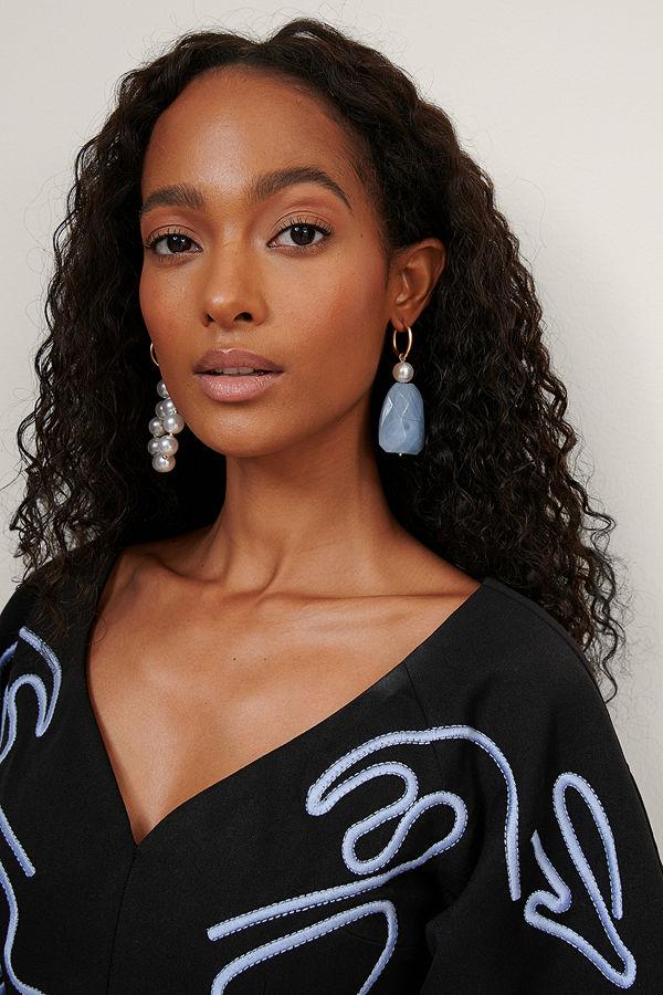 NA-KD Accessories smycke Assymetriska Örhängen Med Pärlor vit blå
