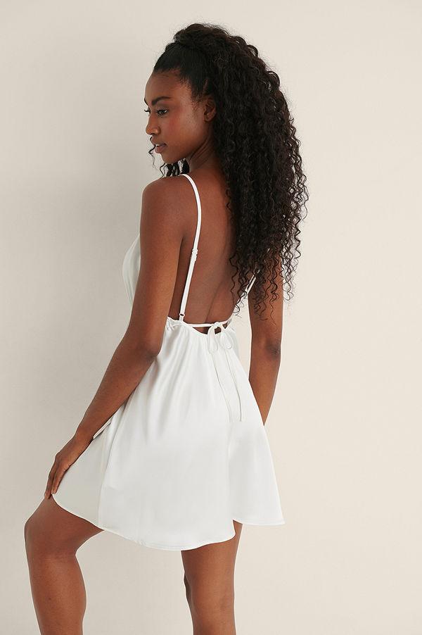 Mimi A.R x NA-KD Miniklänning Med En Öppen Ryggdesign vit
