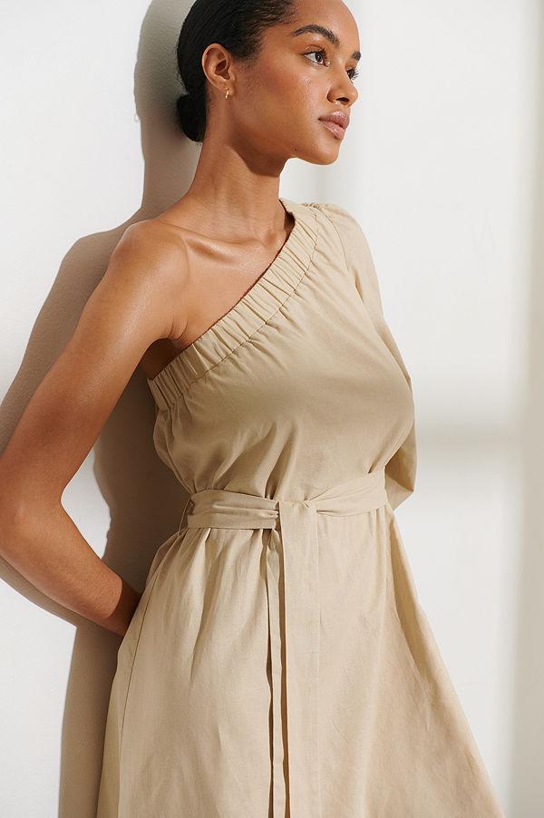 Curated Styles Klänning Med En Ärm beige