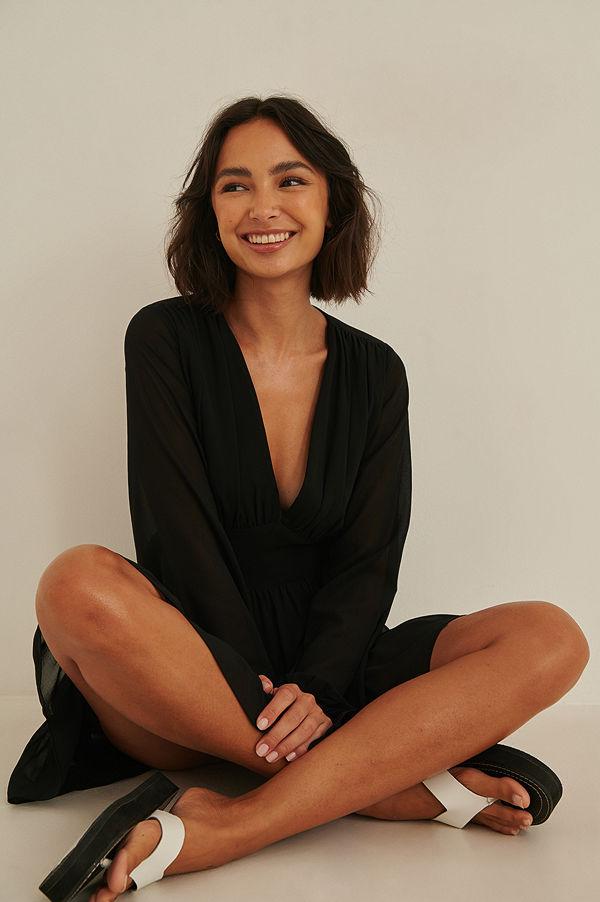 Rianne Meijer x NA-KD Recycled klänning med volang med en v-ringning svart