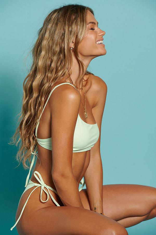 Hanna Schönberg x NA-KD Återvunnen Bikinitopp Med En Axel grön