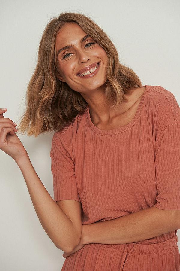 NA-KD Lingerie Återvunnen ribbad t-shirt med rå kant rosa
