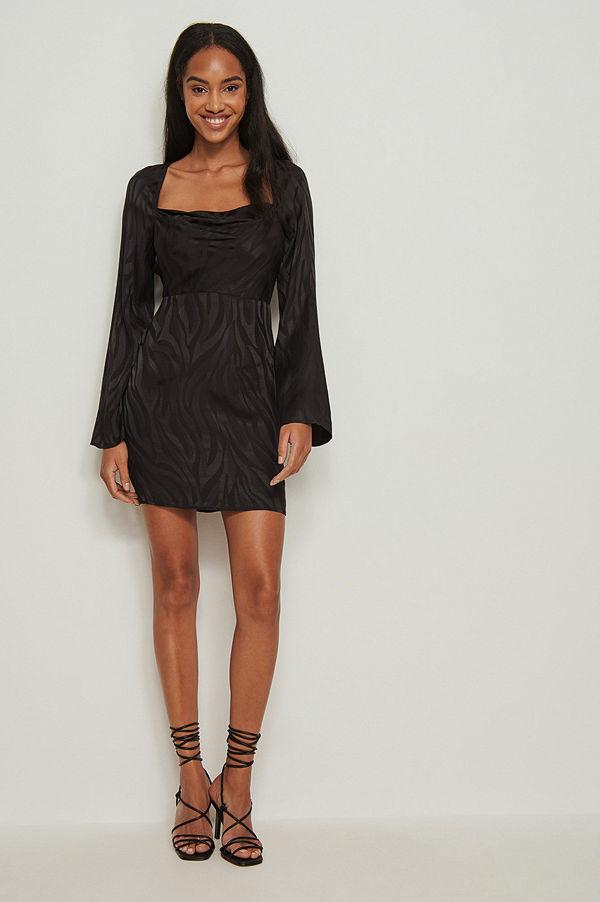 NA-KD Trend Zebraklänning i jacquard med sjalkrage svart