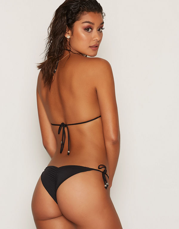 f65c97d8 NLY Beach Ruffle Brazilian Panty Svart - Bikini online - Modegallerian