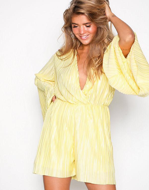 01886f906d5 NLY Trend Kimono Pleated Playsuit Gul - Jumpsuits   playsuits online ...