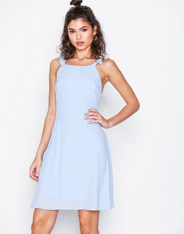 NLY Trend Frill Off Dress Ljus Blå