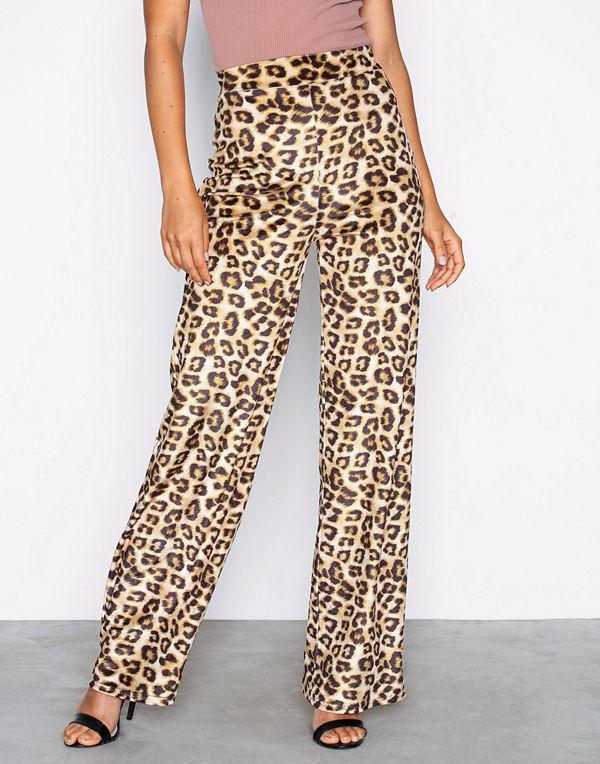 NLY Trend mönstrade byxor Velvet Leo Pants - Byxor online ... e5f8bb730aab9