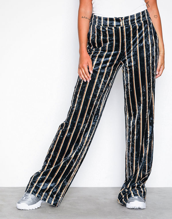 NLY Trend randiga byxor Straight Velvet Pants Randig - Byxor online ... a472442dbd9b1