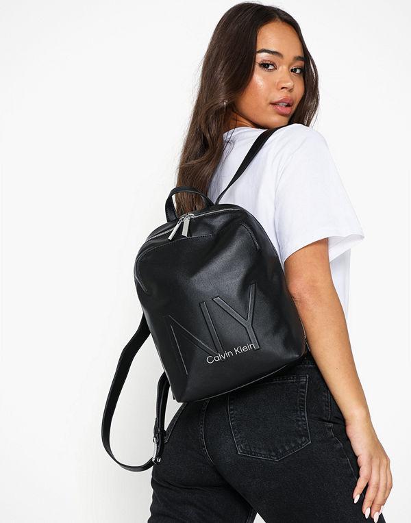 Calvin Klein svart ryggsäck Ny Shaped Backpack