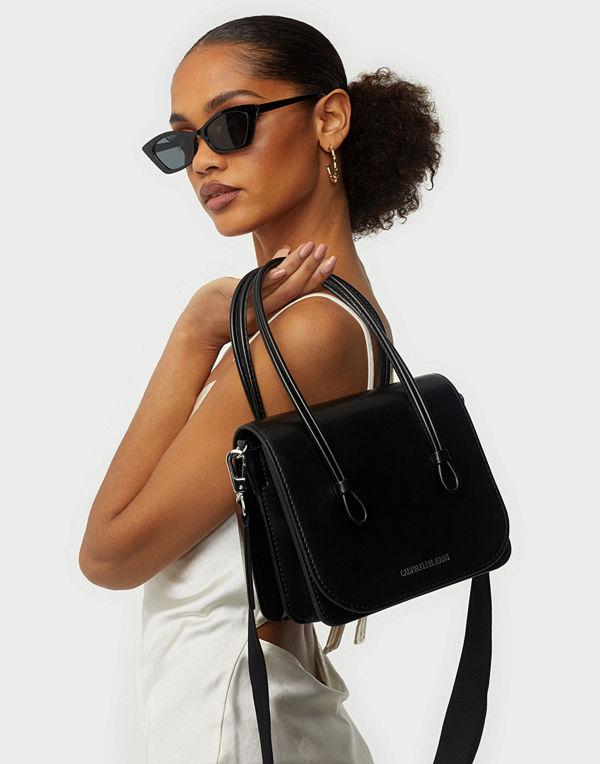 Calvin Klein Jeans svart väska MEDIUM FLAP CROSSBODY
