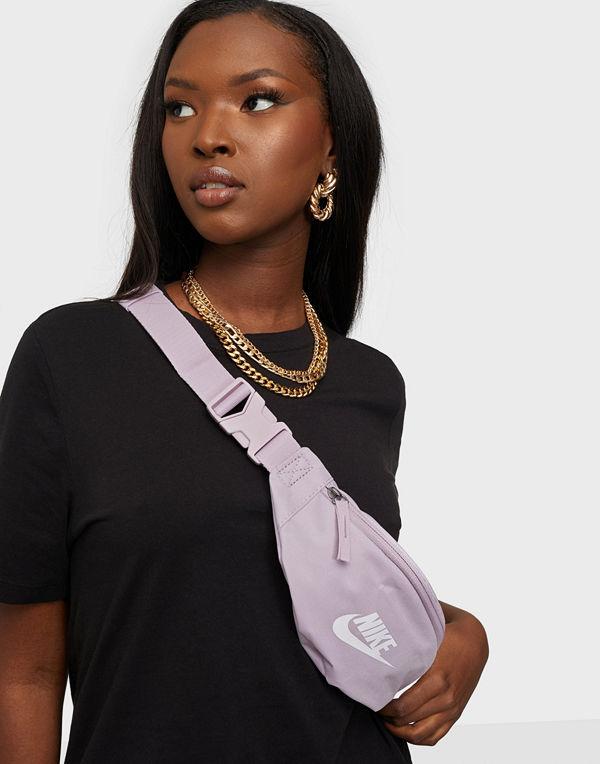Nike omönstrad väska NK HERITAGE HIP  PACK - SMALL