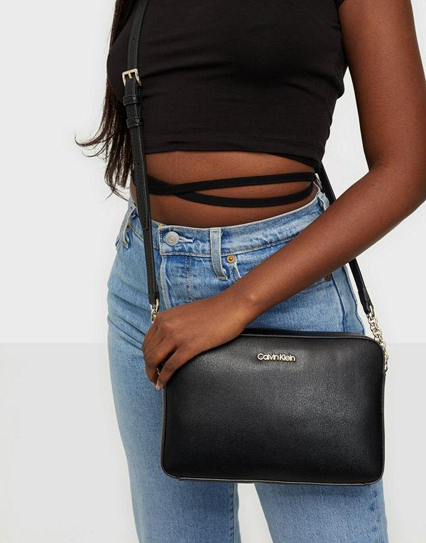 Calvin Klein svart väska Camera Bag Md Saffiano