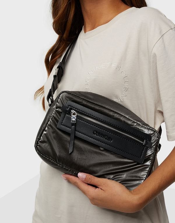 Calvin Klein svart väska CK ESSENTIAL CAMERA BAG METALLIC