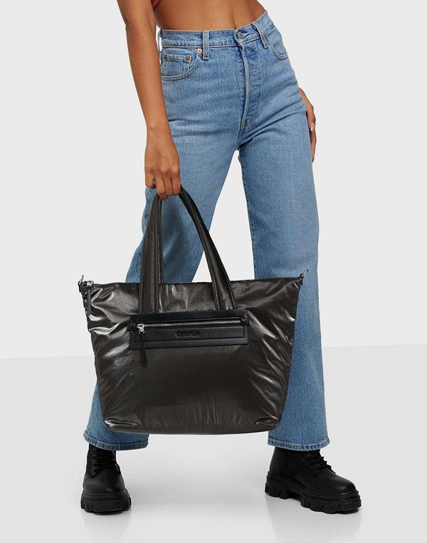 Calvin Klein svart väska CK ESSENTIAL SHOPPER LG METALLIC